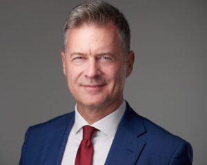 Bársony Farkas pénzügyi jogász, hosszú ideig a GE Hungary ügyvezető igazgatója és több GE üzletág globális és EMEA adóügyi igazgatója. Legutóbb a PwC CEE TLS Partnere. Az Amerikai Kereskedelmi Kamara (AmCham Hungary) elnöke. Munkája elismeréseként a Magyar Érdemrend Lovagkereszt kitüntetettje. A Nemzeti Versenyképességi Tanács tagja. A VISEGRAD Consulting Group társalapítója, 2019-től a KONDOR Csoport Partnere.